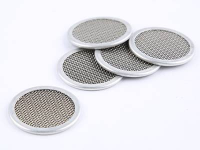 There are five multilayer extruder screen discs with metal rims.
