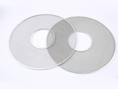 There are two ring-shaped extruder discs with different mesh count.