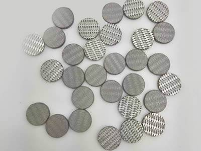 There are several small sintered extruder discs.